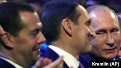 Дмитро Медведєв (крайній ліворуч), Сергій Наришкін та Володимир Путін, 20 грудня 2017 року