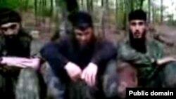Солдан оңға қарай: Асланбек Вадалов, Доку Умаров және Муханнад атты содыр. 2010 жылы тамыз айында Youtube желісіне жарияланған видеодан скриншот.