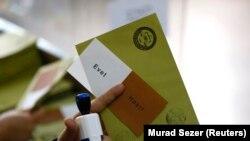 Оппозиция Турции выразила недовольство, что в бюллетенях на референдуме не был сформулирован вопрос, а лишь ответы «Да» и «Нет»