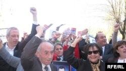 FIDH-ի նախագահ Սուեր Բելասենը (աջից) միանում է ընդդիմադիր ցուցարարներին, 6-ը ապրիլի, 2010թ.