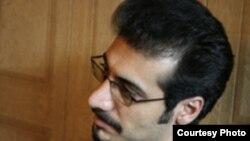 رضا ولی زاده ۳۱ ساله، روز ششم آذرماه به دلیل نوشتن يک گزارش انتقادی در وبلاگ شخصی اش، با عنوان «چهار سگ ششصد ميليون تومانی از احمدی نژاد محافظت می کنند» بازداشت شد.