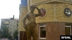 Қостанай қаласындағы Чарли Чаплин ескерткіші. 10 мамыр, 2009 жыл.