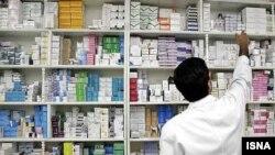 Аптечные сети отреагировали на решение Минздрава массовой рассылкой смс-сообщений с призывом запасаться лекарствами впрок. Минздрав обвинил аптеки в разжигании ажиотажа, а эксперты от медицины в свою очередь уличили ведомство в непоследовательности