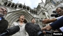 Maria Litvinenko, e veja e ish-spiunit rus, Aleksandr Litvinenko, sot duke folur para mediave derisa largohej nga Gjykata e Lartë në Londër