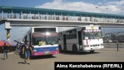 Маршрутные автобусы на окраине города Алматы. 2 августа 2016 года.