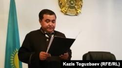Судья Кайрат Иманкулов оглашает приговор по делу о «пропаганде терроризма» и «возбуждении розни». Алматы, 5 августа 2019 года.