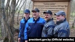 Aljakszandr Lukasenka fiaival, 2018. április 21-én. Viktor jobbról a második.
