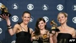 گروه سه نفره «ديکسی چيکز» با کسب پنج جايزه گرمی از جمله در بخش بهترين آلبوم و بهترين ترانه سال موفقيت کم نظيری کسب کرد.