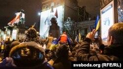 Ukrainë - Shkatërrimi i bustit të Vlladimir Leninit në Kiev, 08 dhjetor 2013