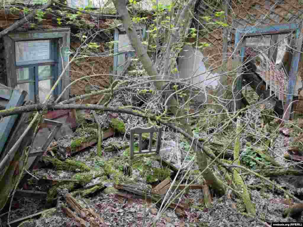 Так выглядаюць будынкі у в. Глухавічы праз 25 год пасьля адсяленьня