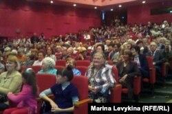 Зрители на гала-концерте фестиваля русского искусства. Семей, 30 сентября 2012 года.