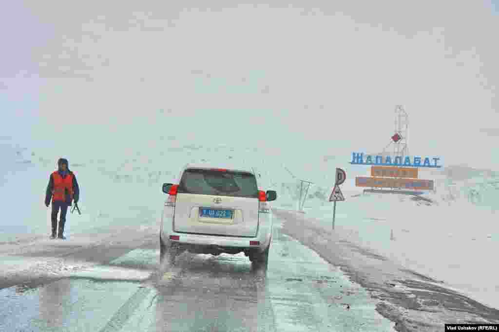 Дорога на Токтогул лежит через горные перевалы Тянь-Шаня
