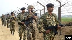 Policia kufitare indiane pranë kufirit me Pakistanin