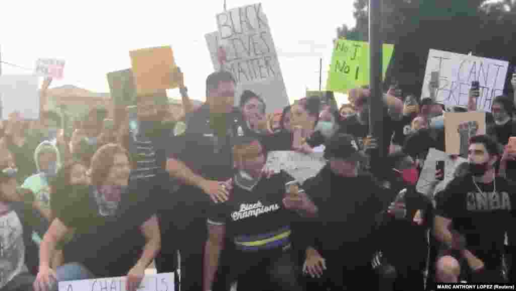 Співробітник поліції Брентвуда приєднується до протестувальників, які вимагають справедливості за смерть Джорджа Флойда. Брентвуд, штат Каліфорнія. 31 травня 2020 року (ФотоCOURTESY MARC ANTHONY LOPEZ)