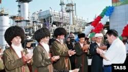 Бывший президент Сапармурад Ниязов и старейшины благославляют газокомпрессорную станцию на месторождении Горпедже. 14 сентября 2005 года
