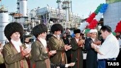 Türkmenistanyň öňki prezidenti Saparmyrat Nyýazow we ýaşulular Körpeje gaz kompressor stansiýasyna pata berýärler, 14-nji sentýabr, 2005 ý.
