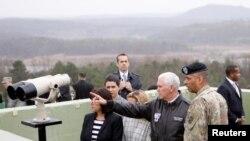 АКШнын вице-президенти Майк Пенс Түндүк жана Түштүк Кореяны бөлгөн демилитаризациялык зонага барган учур. 17-апрель, 2017 -жыл.