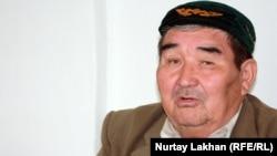"""Житель дачного массива """"Жомарт"""" Абдиманап Ембергенов. Алматинская область, 3 мая 2013 года."""