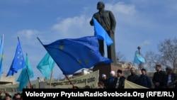 Акция у памятника Владимиру Ленину в Симферополе, 23 февраля 2014 года.