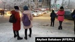 Аялдамада турган окуучулар, Бишкек
