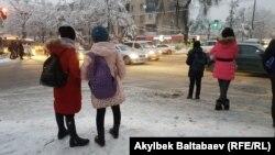 Бишкек шаарындагы окуучулар.