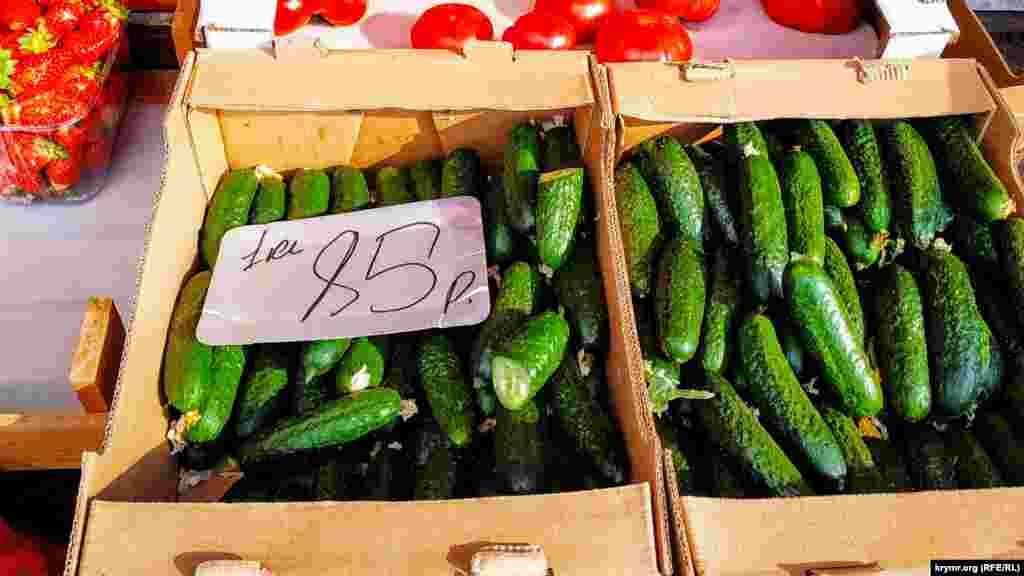 Огірки по 85 рублів (30 грн) за кг