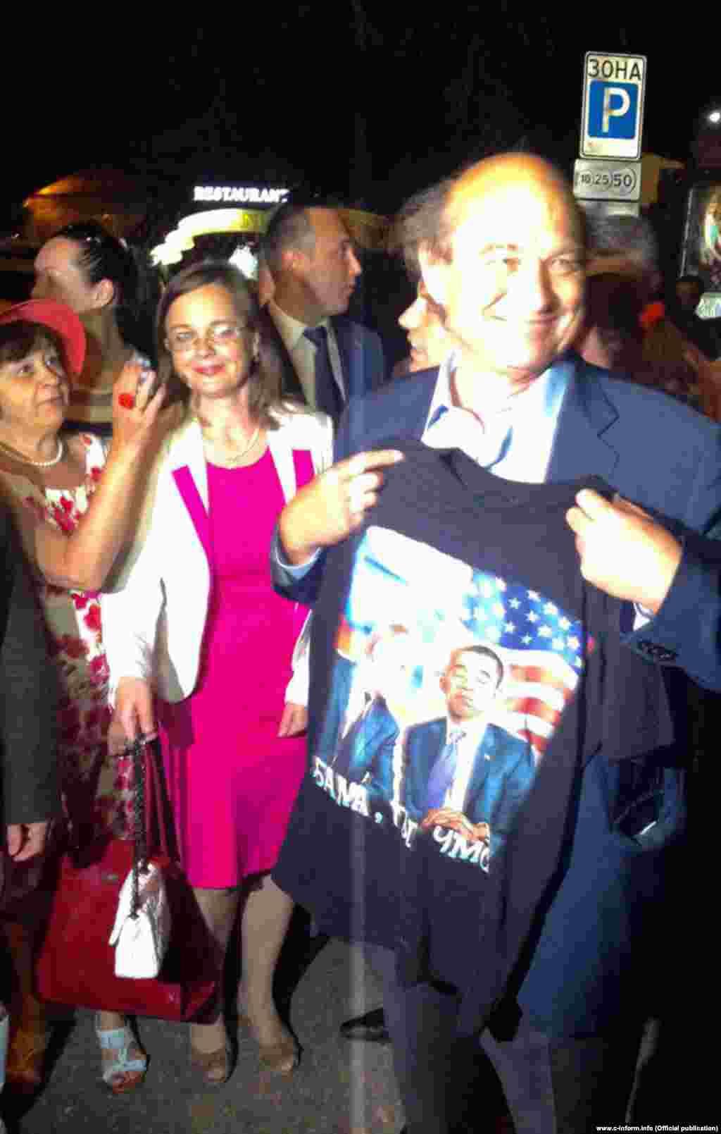 Сенатор від Парижа Ів Поццо ді Борго приміряв футболку з образливим написом на адресу президента США