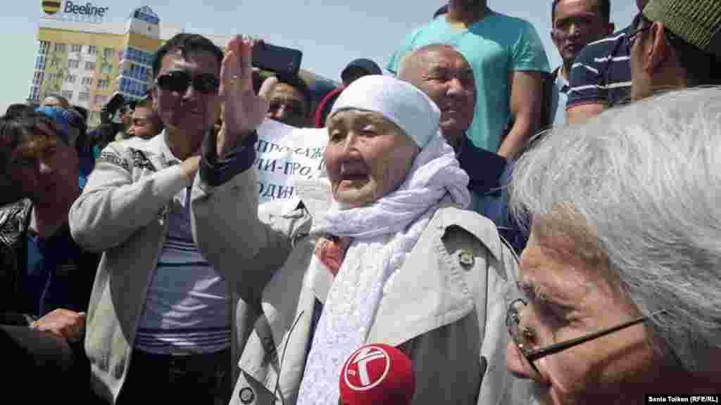 Пожилая женщина говорит, что земля в Казахстане принадлежит народу.