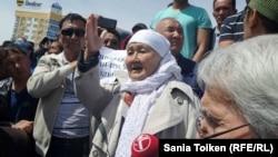На митинге протеста против «продажи земли» в Атырау. 24 апреля 2016 года.