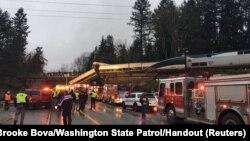 تلاش نیروهای امدادی برای کمک به آسیب دیدگان این حادثه.