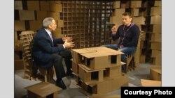 Гарри Каспаров беседует с Алексеем Навальным в фирменных декорациях своего ТВ