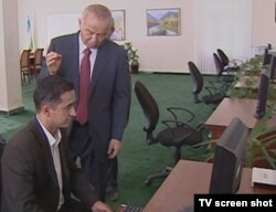 Өзбекстан президенті Ислам Каримов интернет-кафеде отырған адаммен сөйлесіп тұр. Өзбекстан, 8 қараша 2011 жыл.