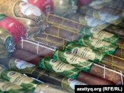 Астанада өткен Kazakhstan International Halal Expo көрмесіне қойылған шұжықтар. 2010 жылдың қазаны. (Көрнекі сурет)