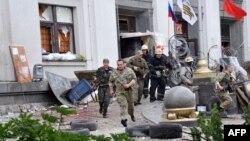 Зруйнована частина будівлі Луганської ОДА внаслідок вибуху, 2 червня 2014 року