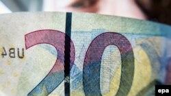 Фрагмент новой банкноты 20 евро.