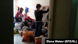 Размещенные в лагере для эвакуированных из зоны подтопления получают гуманитарную помощь. Темиртау, 16 апреля 2015 года.