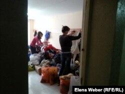 Пострадавшие от подтопления люди разбирают гуманитарную помощь, оказанную жителями города Темиртау. 16 апреля 2015 года.