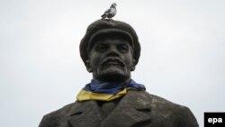 Ուկրաինա - Սլավյանսկ քաղաքում Լենինի արձանի պարանոցին Ուկրաինայի դրոշն են փաթաթել, մարտ, 2015թ․