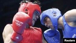 Türkmen boksçusy Serdar Hudaýberdiýew (çepde) hindistanly sportsmen Manoj Kumar bilen duşuşdy. 31-nji iýul, 2012 ý.