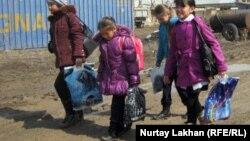 Ученицы возвращаются со школы. Иллюстративное фото.