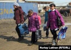 Дети идут домой со школы. Село Жанашамалган Алматинской области, 15 марта 2012 года.