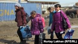 Дети возвращающиеся из школы. Алматинская область, Карасайский район, село Жанашамалган.