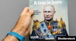 Чоловік тримає журнал The Economist із зображенням на обкладинці президента Росії Володимира Путіна із заголовком «Народився цар». Франція, Страсбург, 28 жовтня 2017 року