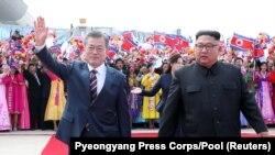 Президент Южной Кореи Мун Чжэ Ин и северокорейский лидер Ким Чен Ын в аэропорту Пхеньяна. 18 сентября 2018 года.