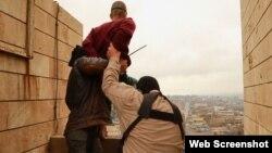 """مسلحان من تنظيم """"داعش"""" يقذفان برجل من أعلى بناية في الموصل بتهمة """"اللواط"""""""