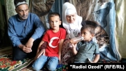 Родители покойной Гулбегим с внуками