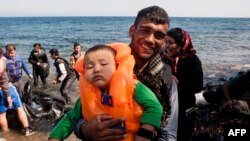 Мужчина с ребенком перебрался в Грецию из Турции 25 сентября 2015 г.
