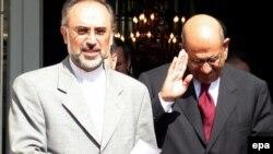 محمد البرادعی، مدیر کل آژانس بین المللی انرژی اتمی، همراه با علی اکبر صالحی، رییس سازمان انرژی اتمی ایران