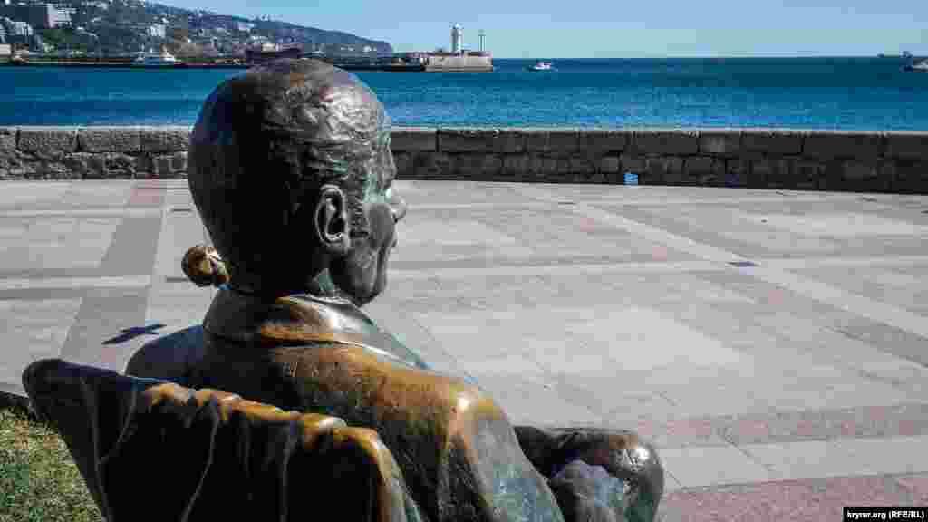 Пам'ятник актору Михайлу Пуговкіну в образі режисера Якіна з фільму «Иван Васильевич меняет профессию». Актор милується морем