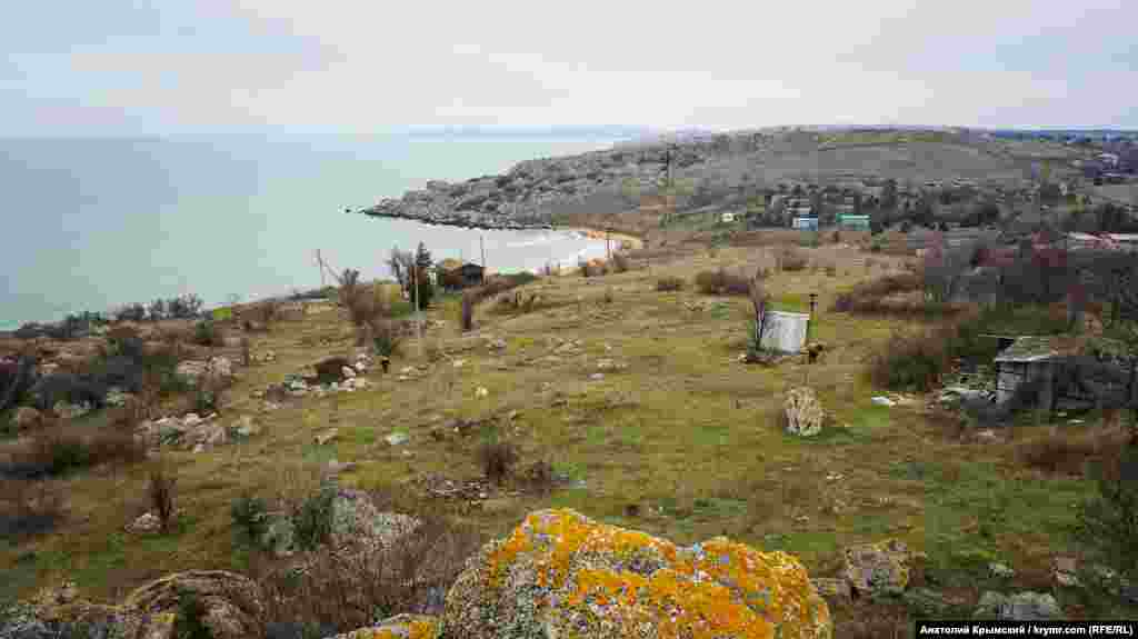 На дальнем плане – Татарская бухта и мыс Казантип